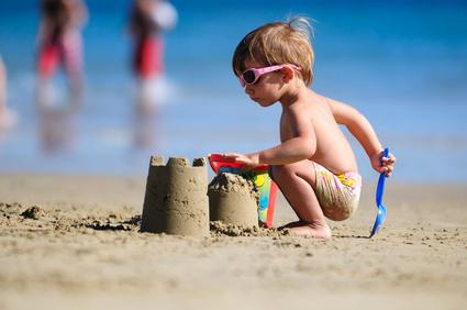 Niño jugando en la arena de la playa